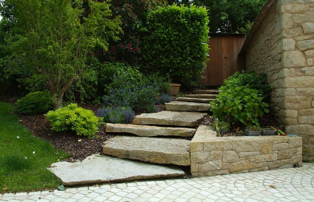 Jardins de charme en bretagne paysagiste vannes morbihan for Escalier de jardin en pierre